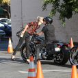 Johnny Hallyday et sa femme Laeticia s'embrassent à Los Angeles, le 27 septembre 2014.