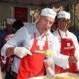 Stephen Collins distribue des repas aux SDF à Los Angeles, le 21 novembre 2012