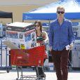 Exclusif - Rachel Bilson, enceinte, et son compagnon Hayden Christensen font du shopping dans un magasin de bricolage à Los Angeles, le 8 octobre 2014. Le couple a fait l'acquisition d'un nettoyeur haute pression, idéal pour décaper sa terrasse.