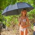 Exclusif - Behati Prinsloo lors d'une séance photo sur une plage à Hawaii, le 5 octobre 2014