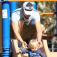 Josh Duhamel et son fils Axl se rendent au parc à Brentwood, le 11 octobre 2014.