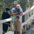 Josh Duhamel avec son fils Axl à Brentwood, le 11 octobre 2014.