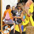Fergie et son mari Josh Duhamel avec leur fils Axl au Mr. Bones Pumpkin Patch à West Hollywood, le 11 octobre 2014.