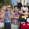 L'acteur Michael J. Fox et George Stephanopoulos, en famille avec leurs femmes respectives Tracy Pollan et Alexandra Wentworth, à Disney World le 11 octobre 2014.