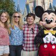Michael J. Fox et George Stephanopoulos, en famille avec leurs femmes respectives Tracy Pollan et Alexandra Wentworth, à Disney World le 11 octobre 2014.