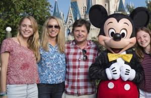 Michael J. Fox à Disney : En famille et souriant avec Mickey malgré sa plainte