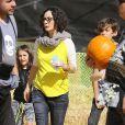 Sara Gilbert (enceinte) avec sa femme Linda Perry et leurs enfants Levi et Sawyer se promènent au Mr Bones Pumpkin Patch à West Hollywood. Le 18 octobre 2014.