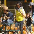 Sara Gilbert (enceinte) avec sa femme Linda Perry et leurs enfants Levi et Sawyer à West Hollywood, le 18 octobre 2014.