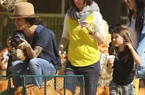 Sara Gilbert, enceinte : Baby bump relax avec sa compagne Linda et ses enfants