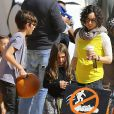 Sara Gilbert (enceinte) avec sa femme Linda Perry et leurs enfants Levi et Sawyer au Mr Bones Pumpkin Patch à West Hollywood, le 18 octobre 2014.