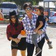 Kourtney Kardashian sa mère Kris Jenner et ses deux enfants Penelope et Mason à Los Angeles, le 18 Octobre 2014.