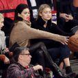 Hailey Baldwin, Kendall Jenner et Gigi Hadid lors de la rencontre de pré-saison entre les New York Knicks et les Washington Wizards au Madison Square Garden de New York le 22 octobre 2014