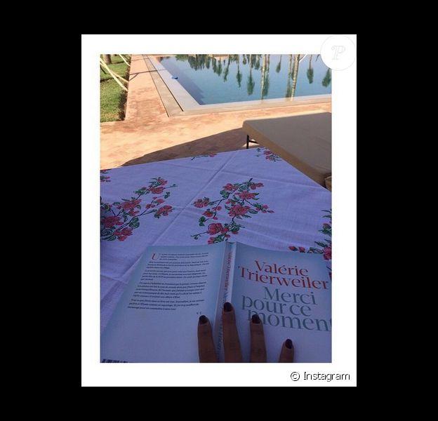 Ayem Nour : pour se détendre, elle opte pour le livre Merci pour ce moment de Valérie Trierweiler
