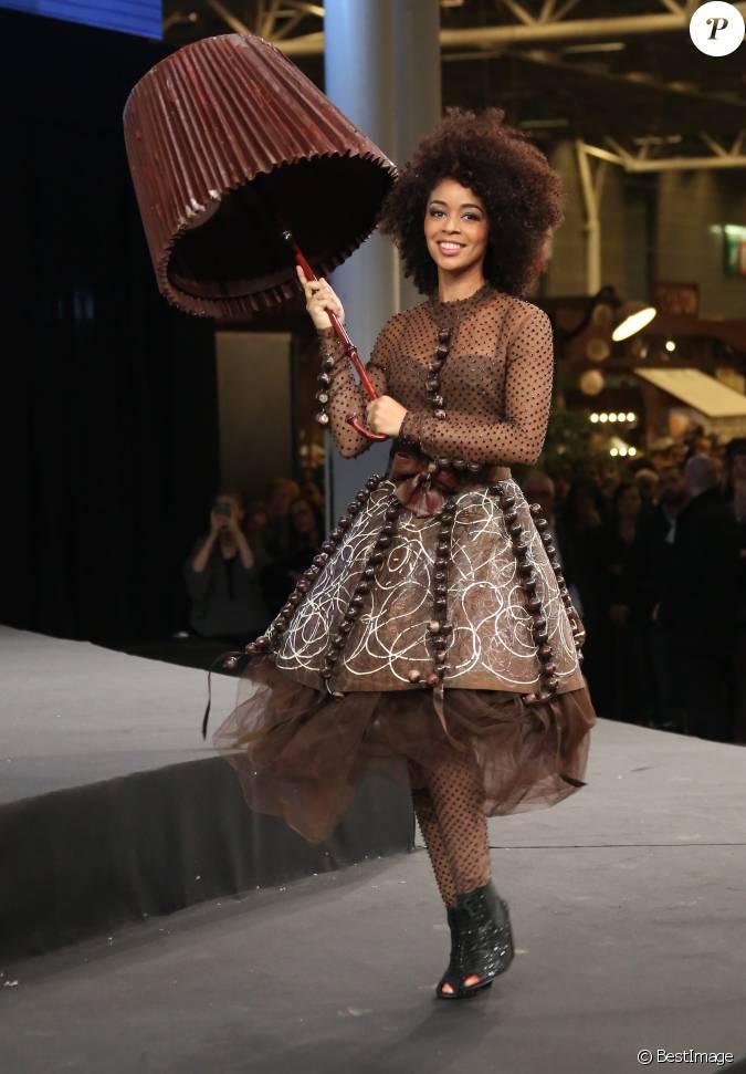 Aur lie konat lors du d fil du 20 me salon du chocolat for Salon porte de versailles 2014