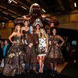 Ingrid Chauvin, Adeline Blondieau, Richard Orlinski, Aïda Touihri, Clara Morgane, Laurence Roustandjee et Aurélie Konaté lors du défilé du 20ème Salon du Chocolat à la Porte de Versailles à Paris, le 28 octobre 2014.