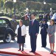 Le roi Felipe VI et la reine Letizia d'Espagne ont souhaité la bienvenue à Michelle Bachelet, présidente du Chili, le 29 octobre 2014 au palais du Pardo, à Madrid, avant de la recevoir à déjeuner au palais de la Zarzuela.