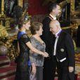 La reine Letizia d'Espagne, somptueuse dans une robe Carolina Herrera et coiffée du diadème Fleur de diamants, et le roi Felipe VI donnaient le 29 octobre 2014 un dîner d'Etat en l'honneur de la présidente du Chili Michelle Bachelet, en visite officielle pour deux jours.