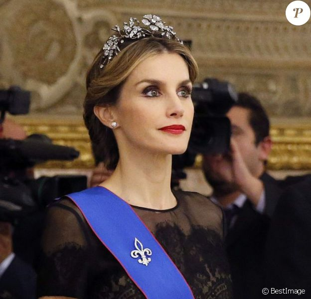 Letizia d'Espagne, somptueuse dans une robe Carolina Herrera et coiffée du diadème Fleur de diamants, et le roi Felipe VI donnaient le 29 octobre 2014 un dîner d'Etat en l'honneur de la présidente du Chili Michelle Bachelet, en visite officielle pour deux jours.