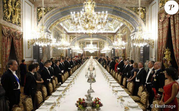 Image de la tablée au palais du Pardo lors du dîner d'Etat donné par le roi Felipe VI et la reine Letizia d'Espagne en l'honneur de Michelle Bachelet, présidente du Chili, le 29 octobre 2014 à Madrid.