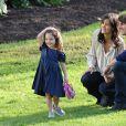 Tom Cruise, Katie Holmes et leur fille Suri se promenent dans les jardins de Flagstaff à Melbourne en Austalie, le 7 août 2009.