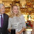 Philippe Houzé (Président du Directoire du groupe Galeries Lafayette) et Jerry Hall - Jerry Hall donne le coup d'envoi des illuminations de Noël aux Galeries Lafayette à Paris, le 5 novembre 2014.