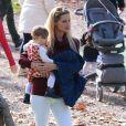 Michelle Hunziker, enceinte, et sa fille Sole s'amusent dans un parc. Milan, le 8 novembre 2014.