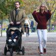 Michelle Hunziker, son mari Tomaso Trussardi et leur fille Sole s'amusent dans un parc. Milan, le 8 novembre 2014.