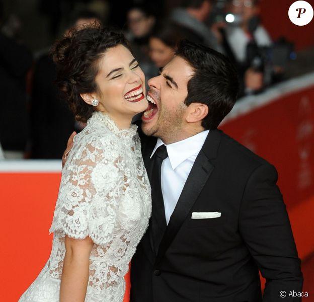 Eli Roth et sa fiancée Lorena Izzo à Rome, le 12 novembre 2013.