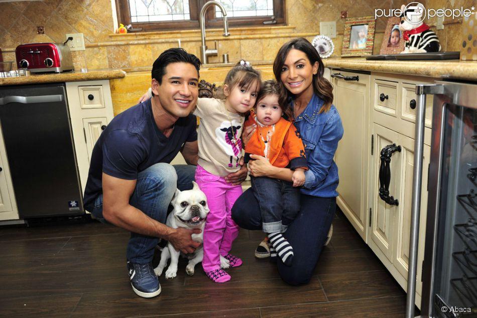Mario Lopez en compagnie de son épouse Courtney et de leurs enfants Gia et Dominic à Los Angeles, le 30 octobre 2014.