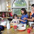 Mario Lopez avec sa femme et ses enfants à Los Angeles, le 30 octobre 2014.