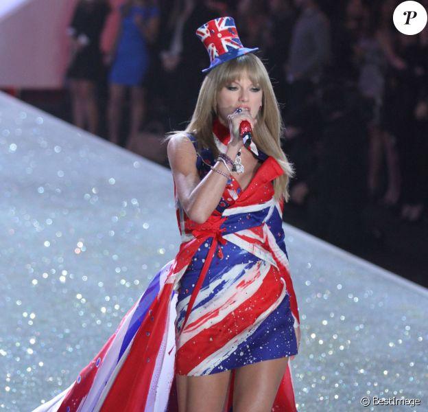 Taylor Swift chante au défilé Victoria's Secret 2013 à New York, le 13 novembre 2013.