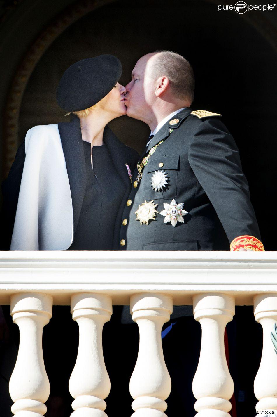 Le couple princier gratifie la foule d'un magnifique baiser. La princesse Charlene de Monaco, enceinte de jumeaux dont la naissance est attendue mi-décembre, est apparue au côté du prince Albert II au balcon du palais princier le 19 novembre 2014 lors de la célébration de la Fête nationale monégasque.