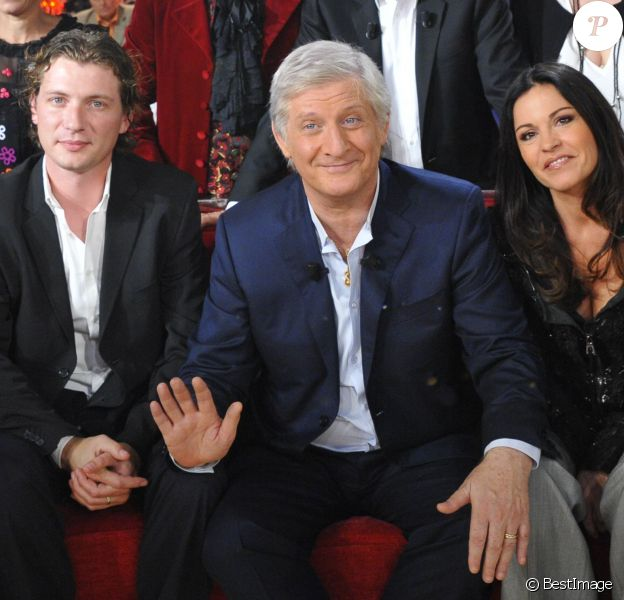 """Patrick Sébastien et sa femme Nana et son fils Olivier lors de l'enregistrement de """"Vivement Dimanche"""" en 2011."""