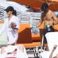 Eva Longoria et son compagnon Jose Antonio Baston profitent d'une belle journée ensoleillée sur une plage de Miami. Le 6 décembre 2014.