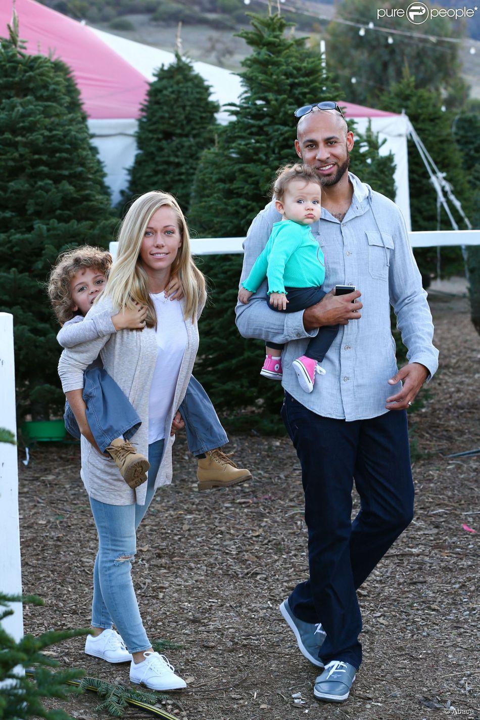 Kendra Wilkinson entourée de ses enfants Hank Baskett Jr. et Alijah avec son époux Hank Baskett le 11 décembre 2014 à Calabasas