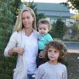 Kendra Wilkinson entourée de ses enfants Hank Baskett Jr. et Alijah le 11 décembre 2014 à Calabasas