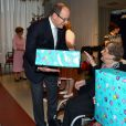 Le Prince Albert II de Monaco a participé au traditionel goûter de Noël ainsi qu'aux remises de cadeaux à la maison de retraite publique, la résidence du Cap Fleuri à Cap-d'Ail à Monaco, le 16 décembre 2014.  Prince Albert II of Monaco visits The Cap Fleuri Residence - Retirement Home for the traditional Christmas afternoon snack in Cap-d'Ail in Monaco on December 16, 2014. Prince Albert II of Monaco is giving Christmas presents.16/12/2014 - Cap-d'Ail