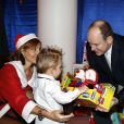 "Le prince Albert II de Monaco a assisté au spectacle de fin d'année des tout-petits de la crèche de Fontvieille et a procédé à la traditionelle remise des cadeaux de Noël à Monaco, le 16 décembre 2014.  Prince Albert II of Monaco attends ""Fontvieille"" kindergarden to Christmas celebration in Monaco on December 16, 2014.16/12/2014 - Monaco"