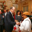 Le prince Albert II de Monaco participe à la traditionnelle remise de cadeaux de Noël aux personnes âgées monégasques au siège de la Croix Rouge de Monaco le 16 décembre 2014.  Prince Albert II of Monaco during the traditionnal christmas presents ceremony for elderly people at Red Cross headquarters in Monaco on 16/12/201416/12/2014 - MONACO