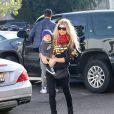 Josh Duhamel et sa femme Fergie se promènent avec leur fils Axl à Los Angeles, le 20 décembre 2014.