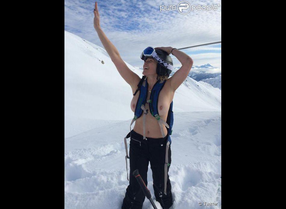 Chelsea Handler seins nus en pleine montagne ''à la recherche de son chien Chunk'', le 26 décembre 2014... sur Twitter. Une nouvelle offensive topless dans sa guerre contre Instagram et sa politique de censure.