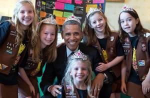 Barack Obama, tiare sur la tête : Le président cède face à des fillettes !