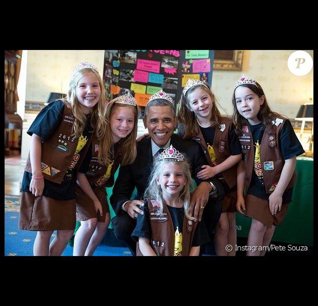 Barack Obama, tiare sur la tête avec des petites scouts, photo postée le 24 décembre 2014