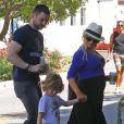 Christina Aguilera enceinte et son fiancé Matt Rutler vont déjeuner avec leur fils Max à l'occasion de la fête des mères à Los Angeles, le 11 mai 2014.