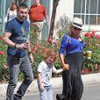Christina Aguilera, enceinte, et son fiancé Matt Rutler vont déjeuner avec leur fils Max à l'occasion de la fête des mères à Los Angeles, le 11 mai 2014.