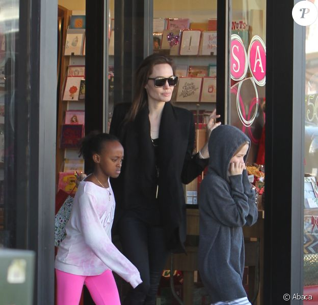 Angelina Jolie en compagnie de Zahara et Shiloh pour une cure de shopping à Calabasas, Los Angeles, le 29 décembre.