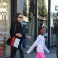 Angelina Jolie en compagnie de Zahara et Shiloh à Calabasas, Los Angeles, le 29 décembre.