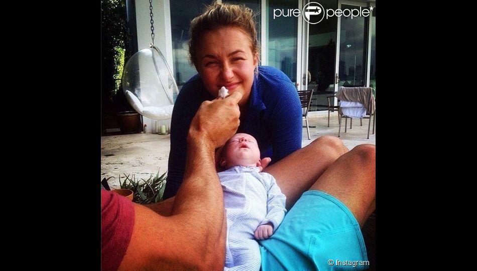 Le 4 décembre 2015, le fiancé d'Hayden Panettiere a posté une photo d'elle en compagnie de sa petite fille Kaya Evdokia..