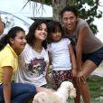 """Exclusif - Michelle Rodriguez prend la pose avec des locaux près de la grotte """"Gran Cenote"""", à Talum au Mexique, le 30 décembre 2014."""