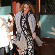 """Blake Lively (enceinte) (jupe et top Michelle Kim, chaussures Jimmy Choo, sac Collina Strada) à New York le 18 octobre 2014"""